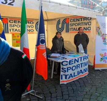 Una volontaria si occupa dell stand del Csi durante una manifestazione