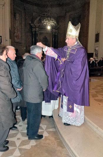 Mons. Vecchi durante la celebrazione del mercoledì delle Ceneri
