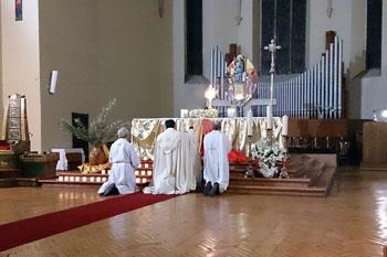 """In preghiera durante le """"24 ore per il Signore"""" nella chiesa di San Pietro a Terni"""