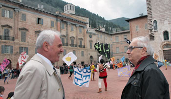 Da sinistra: il prof. Sebastiani ed il prof. Dolbeau in Piazza Grande a Gubbio con gli Sbandieratori