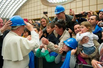 Papa Francesco saluta gli operari delle acciaierie di Terni e le loro famiglie