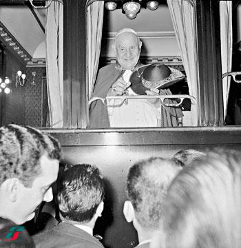 Giovanni XXIII saluta i fedeli dal finestrino del treno durante il viaggio a Loreto, 4 ottobre 1962