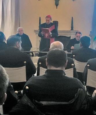 Mons. Vecchi mentre annuncia il nuovo Vescovo