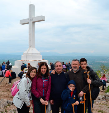 Barbara Baffetti e Stefano Rossi con i loro figli e, al centro, don Carlo Rocchetta