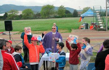 Mons. Cancian con i ragazzi durante la celebrazione