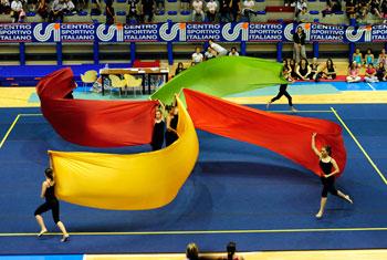 Giovani atlete durante un esercizio di ginnastica artistica
