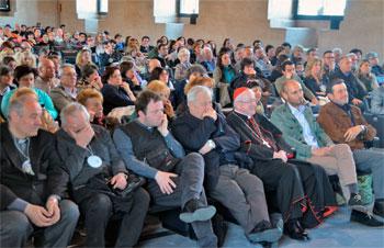 La platea durante il momento di riflessione nella sala dei Quattrocento, in prima fila il card. Antonelli