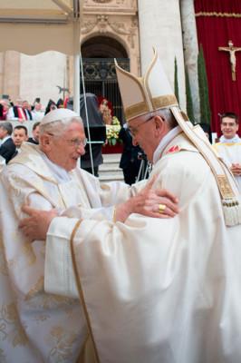 Il saluto tra Francesco e Benedetto XVI