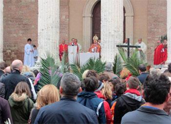 Mons. Sorrentino durante la celebrazione della Domenica delle Palme