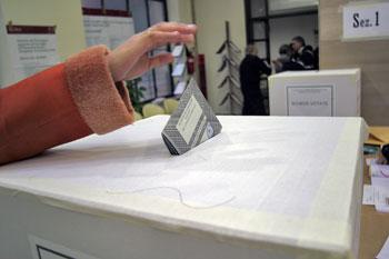 Elezioni-mano-voto