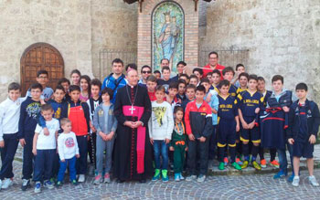"""Piccoli atleti insieme al vescovo """"uscente"""" di Terni, mons. Vecchi"""