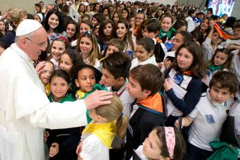 Papa Francesco nel giugno del 2013 in udienza speciale con i giovani studenti delle scuole dei Gesuiti