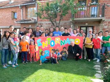 il cardinale bassetti con i ragazzi e volontari caritas in kosovo