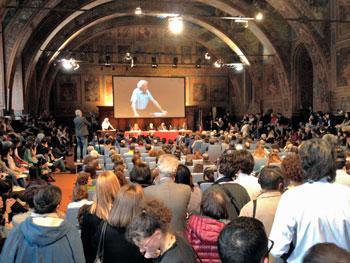 L'intervento di Zygmunt Bauman in una sala dei Notari gremita