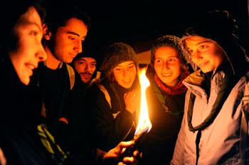 Gruppo di giovani durante una veglia di preghiera