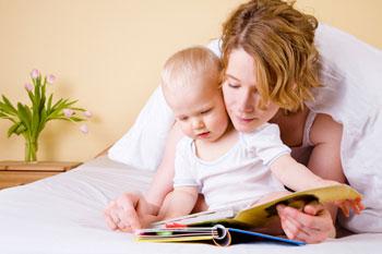 mamma-libro-bimbo-legge-fiaba-al-figlio