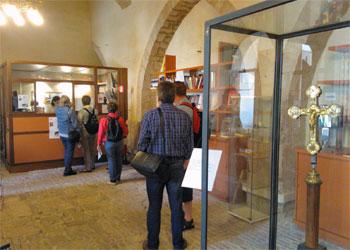 Turisti alla biglietteria del museo del Capitolo della cattedrale di Perugia