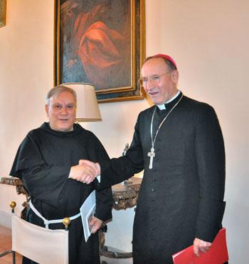 Padre Giuseppe Piemontese (a sinistra) con mons. Ernesto Vecchi, il giorno della conferenza stampa di presentazione della liturgia di ordinazione episcopale