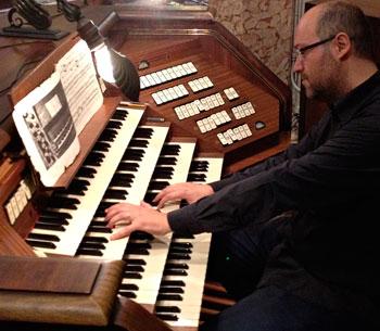Il maestro Falcioni all'organo della cattedrale di San Lorenzo