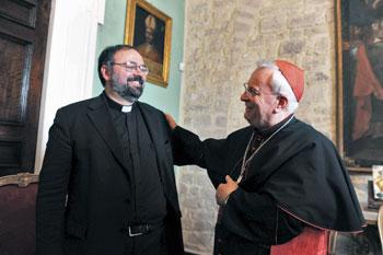 Mons. Giulietti insieme al Cardinale Bassetti il giorno dell'annuncio della nomina a Vescovo