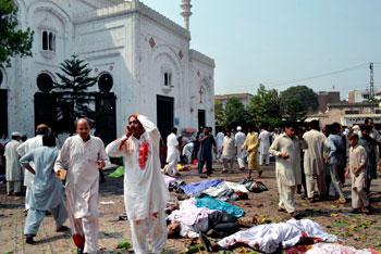 Distruzione e morte dopo un attentato kamikaze in una chiesa a Peshawar