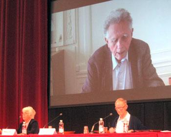 """Un momento del convegno de """"L'altrapagina"""" con l'intervento video del filosofo Maurice Bellet"""