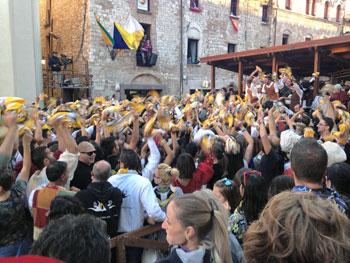 Festeggiamenti in una affollata piazza Martiri a Gualdo Tadino