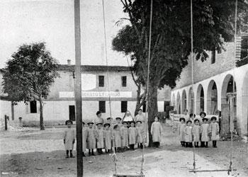 Il beato Carlo Liviero con i primi orfani accolti a Città di Castello