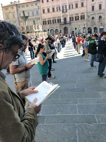 Le Sentinelle a Perugia in piazza IV Novembre