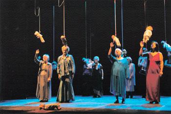 """Una scena dello spettacolo teatrale """"Anche noi donne"""" delle ospiti dell'istituto Bonilli di Trevi (2008)"""