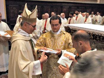 Il Vescovo consegna il documento ai sacerdoti in cattedrale