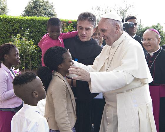 Padre Vittorio Viola accoglie Papa Francesco alla mensa CAritas della Diocesi di Assisi-Nocera Umbra-Gualdo Tadino, il 4 ottobre 2013