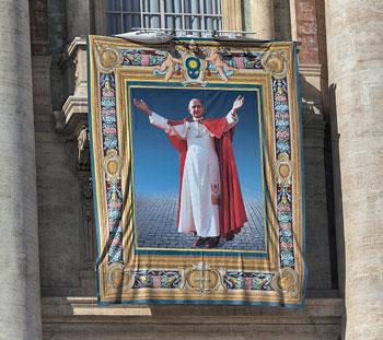 L'arazzo appeso a San Pietro