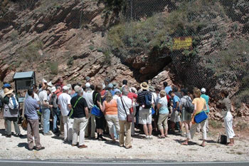 Turisti in visita alla Gola del Bottaccione a Gubbio