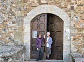 Luisa e Rossella sulla porta della pieve di Canoscio