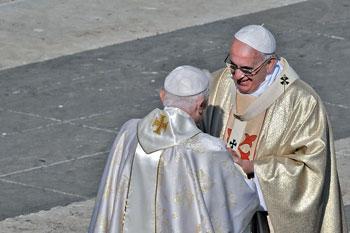 Saluto tra Papa Francesco e Benedetto XVI nel giorno della beatificazione di Paolo VI