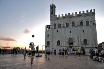 Una partita di pallavolo in piazza Grande a Gubbio