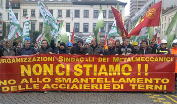 La delegazione di 150 lavoratori delle acciaierie di Terni durante la manifestazione a Bruxelles