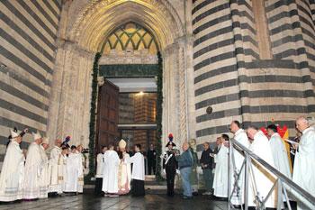 Un momento della celebrazione davanti alla Porta Santa del Duomo di Orvieto. (foto M. A. Pioli)