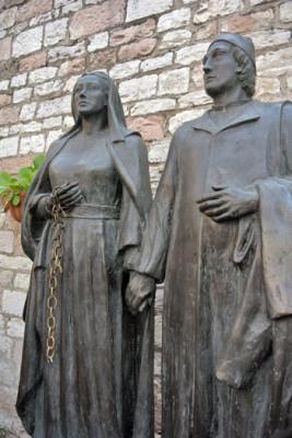 Le due statue raffiguranti i genitori di Francesco collocate sulla piazzetta antistante la chiesa