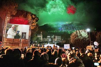La piazza di Gubbio gremita mentre papa Francesco accende l'Albero
