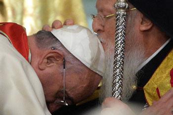 Il bacio della Benedizione chiesta da Papa Francesco a Bartolomeo (29 novembre)