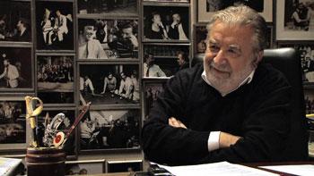 Il regista Pupi Avati nel suo studio durante un'intervista