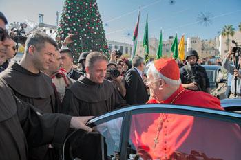 Il card. Bassetti accolto dai francescani a Betlemme