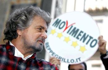 Beppe Grillo con alle spalle il simbolo del Movimento 5 stelle