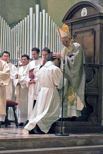 Un momento dell'ordinazione diaconale di Luca Castrica (Foto di Giorgio Valdisserri)