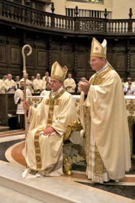 Nelle foto padre Vittorio Viola con mons. Domenico Sorrentino e mentre bacia le sacre pietre della Porziuncola