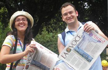 Due volontari che hanno diffuso La Voce in occasione della visita ad Assisi di Benedetto XVI