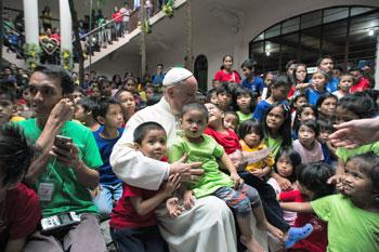 Papa Francesco, durante il viaggio nelle Filippine, incontra i bambini della ANAK-Tnk foundation