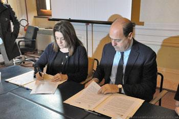 Catiuscia Marini e Nicola Zingaretti firmano il protocollo (© agenziaumbrianotizie-foto am)